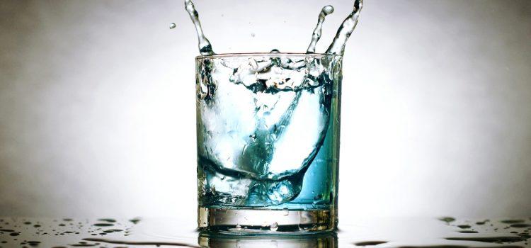 Czym jest filtrujący dzbanek do wody i dlaczego warto go posiadać?